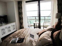,由于景观阳台的入口设计在主卧室,因此观景和采光效果很好.