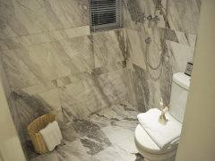 卫生间:卫生间内带有窗户,保证了通风、采光效果,避免阴暗潮