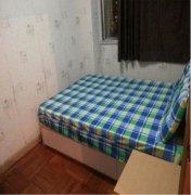 衣柜是新的,床是新的,墙是新刷的;