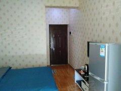 一房一厅有床,有单独卫生间和小阳台