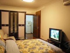 个人房屋子干净、阳光充足。配有基础的家具、电器。